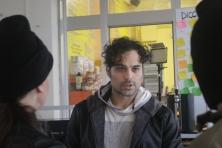 Gianluca Testa dirige gli attori prima della scena della rapina su GRA 33 - La stradale